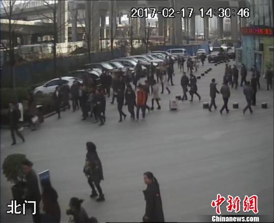 郑州道路施工挖断燃气管道 2000余人紧急疏散
