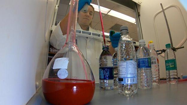 你喝的瓶装水中几乎都含塑料微粒 到底致不致癌?