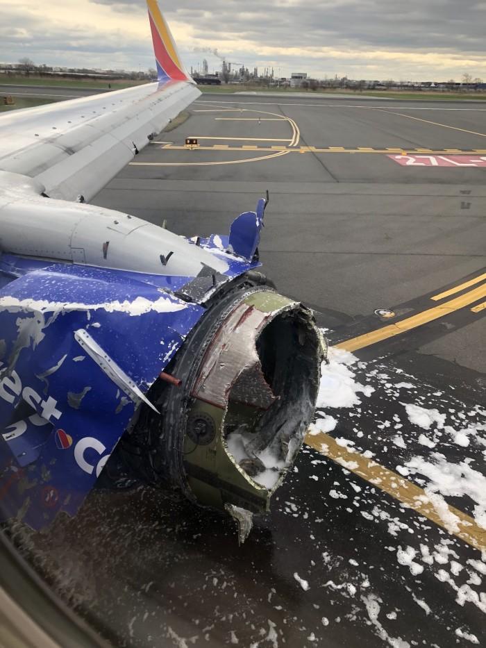 美西南航空因引擎爆炸紧急迫降 导致一名乘客死亡